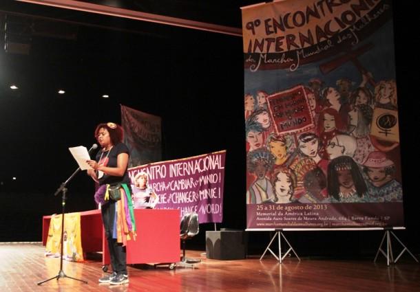 Mara, militante da MMM em São Paulo, lê o documento das mulheres negras na Plenária Final do Encontro.